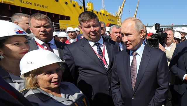 Президент РФ Владимир Путин беседует с рабочими во время посещения Дальневосточного судостроительного комплекса Звезда в городе Большой Камень Приморского края