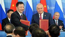 Дмитрий Киселев и Шэнь Хайсюн на церемонии подписания соглашения о стратегическом международном партнерстве Информационного агентства и радио Sputnik с Медиакорпорацией Китая на полях Восточного экономического форума