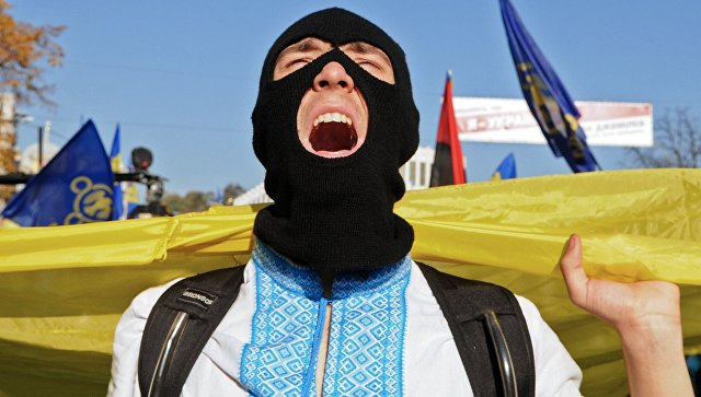 Участник марша по случаю годовщины образования Украинской повстанческой армии (УПА, экстремистская организация, запрещена в России) в Киеве