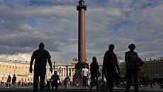 Туристы на Дворцовой площади в Санкт-Петербурге. Архивное фото