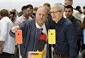 Директор по дизайну Apple Джонатан Айв генеральный директор Тим Кук. 12 сентября 2018 года