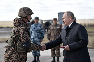 Верховный главнокомандующий ВС РФ, президент РФ Владимир Путин на полевом смотре войск на забайкальском полигоне Цугол после окончания основного этапа военных маневров вооруженных сил Восток-2018