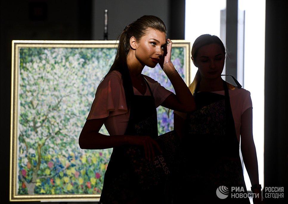 Посетители на выставке Кузбасс АРТ на площадке IV Восточного экономического форума во Владивостоке
