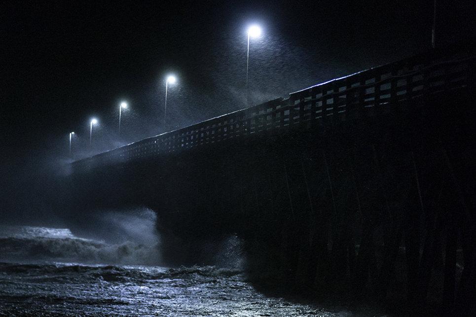 Волны, поднятые ураганом Флоренс, вокруг пирса в городе Мертл-Бич, Южная Каролина. 14 сентября 2018