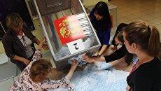 Подсчет голосов на избирательном участке. Архивное фото