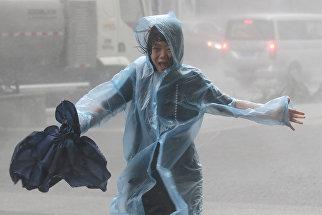 Женщина на улице города Шэньчжэнь, КНР. 16 сентября 2018