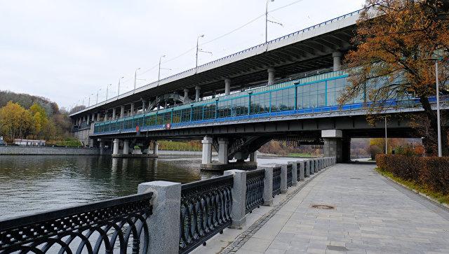 Лужнецкая набережная и мост Лужники в Москве. Архивное фото