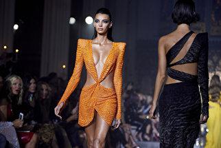 Модель на показе дизайнера Джулиана МакДональда на Неделе моды в Лондоне. 15 сентября 2018 года