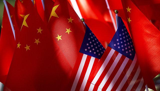 Флаги США и КНР. Архивное фото