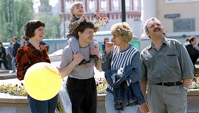 Семья москвичей на Манежной площади в выходной день. Архивное фото