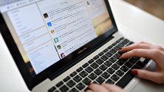 Страница социальной сети на экране ноутбука. Архивное фото