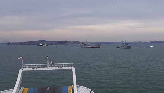 Корабли ВМС Украины после прохождения под арками Крымского моста. Архивное фото