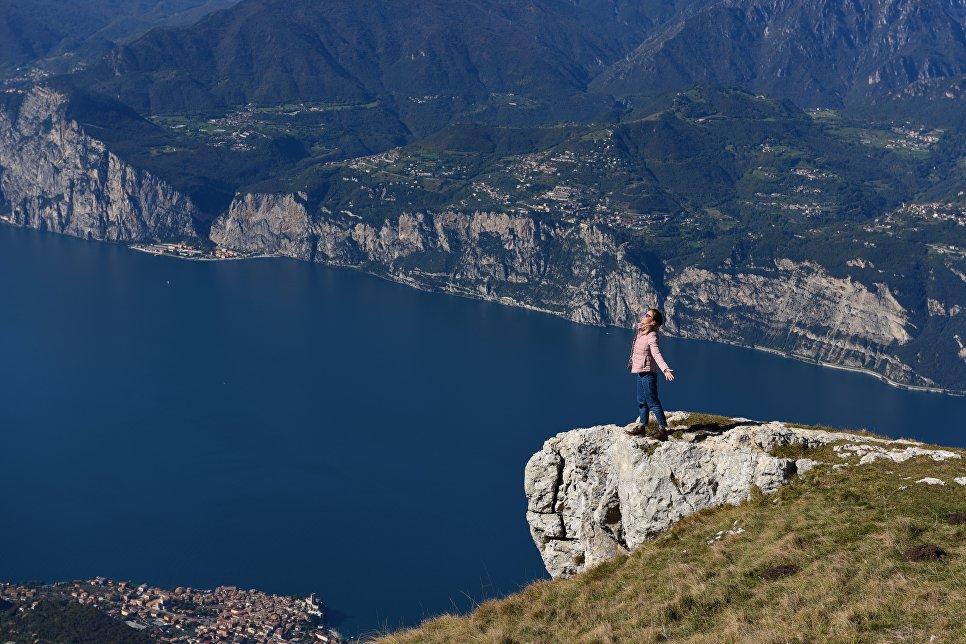 Италия. На вершине горы над озером Гарда.