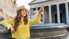 Девушка возле фонтана Пантеона в Риме