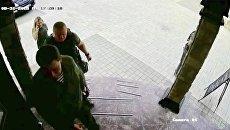 Стоп-кадр записи камеры видеонаблюдения перед входом в кафе Сепаратист в Донецке