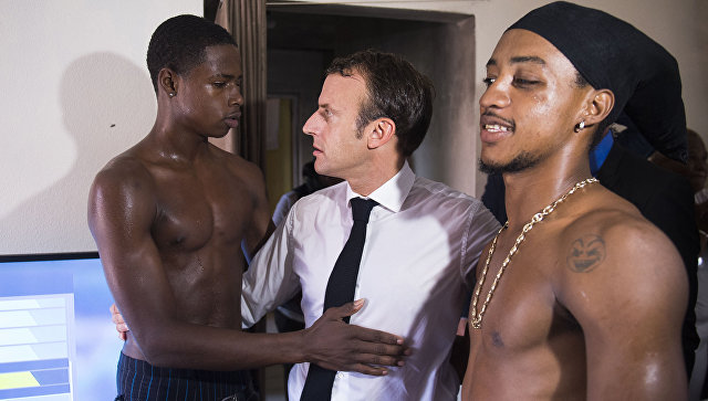 Президент Франции Эммануэль Макрон во время встречи с жителями острова Сен-Мартен. Архивное фото