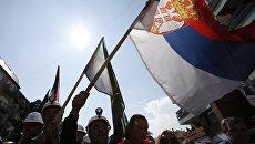Сербы Косово с флагом Сербии во время митинга. Архивное фото