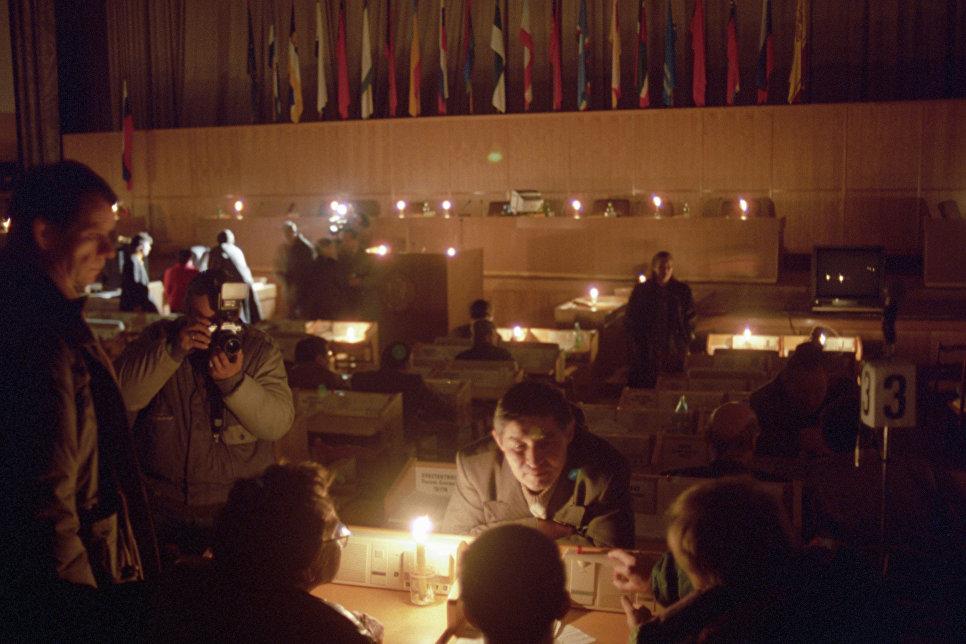 X Чрезвычайный (внеочередной) съезд народных депутатов РФ проходит при свечах. В Доме Советов РФ отключены вода и электричество.