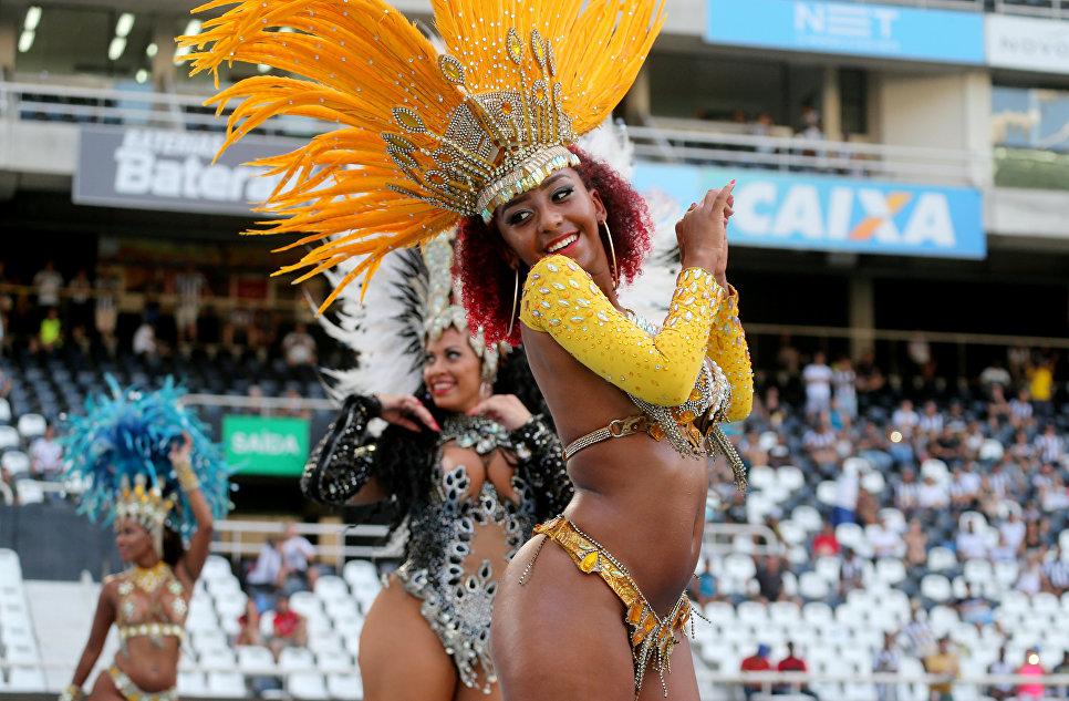 Танцовщицы перед началом футбольного матча между Ботафого и Сан-Паулу
