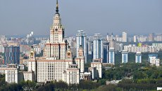Вид на главное здание Московского государственного университета им. М.В.Ломоносова на Воробьевых горах в Москве. Архивное фото