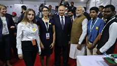 Президент РФ Владимир Путин и премьер-министр Республики Индии Нарендра Моди во время посещения образовательного центра Сириус в Нью-Дели. 5 октября 2018