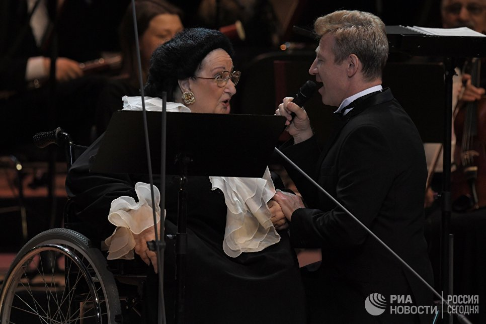 Оперные певцы Игорь Портной и Монтсеррат Кабалье выступают на концерте в Государственном Кремлевском дворце в Москве. 6 июня 2018