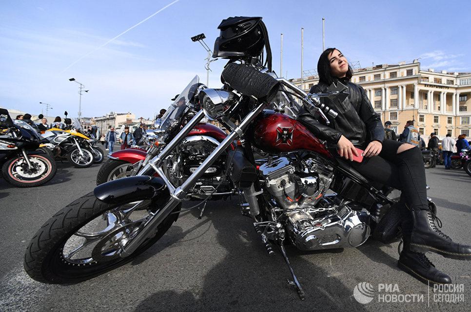 Девушка-байкер во время закрытия байкерского сезона во Владивостоке