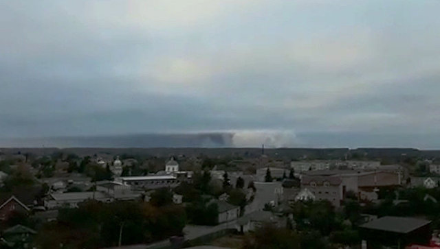 Дым от взрывов на складе с боеприпасами в районе населенного пункта Ичня Черниговской области, Украина. 9 октября 2018 (скриншот видео)