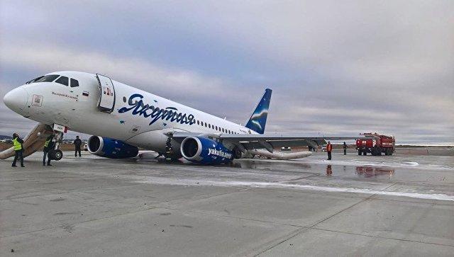 Самолет Sukhoi Superjet 100 авиакомпании Якутия в аэропорту Якутска, который при посадке выкатился за пределы взлетно-посадочной полосы. 10 октября 2018