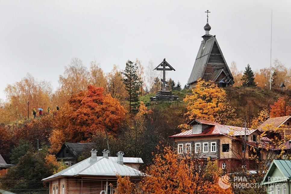 Осень в городе Плес. На дальнем плане справа деревянная Воскресенская церковь.