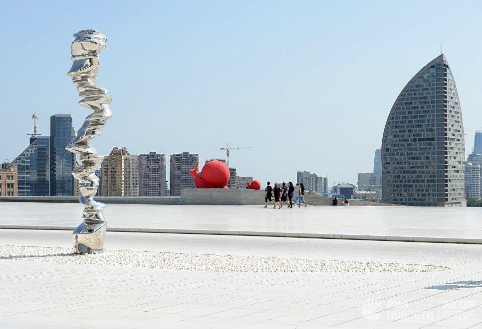 Скульптура в парке у культурного центра Гейдара Алиева в Баку.