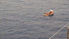 Моряки транспортного судна ВМС США Wally Schirra во время спасения группы филиппинских рыбаков в Южно-Китайском море