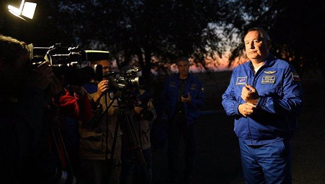Генеральный директор ГК Роскосмос Дмитрий Рогозин отвечает на вопросы журналистов в аэропорту Байконура