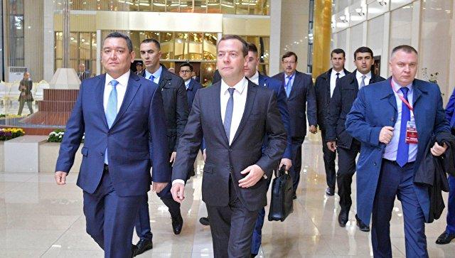 Премьер-министр РФ Д. Медведев прибыл в Душанбе на встречу глав правительств стран ШОС