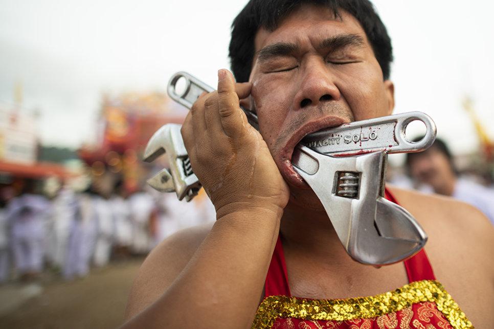 Участник шокирующего вегетарианского фестиваля на Пхукете
