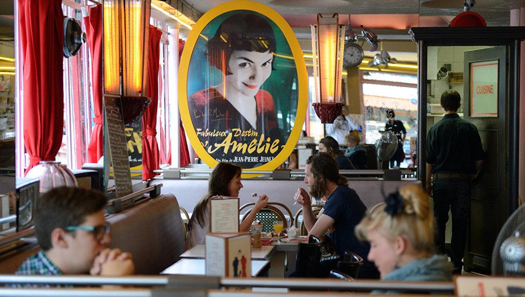 Посетители кафе Две мельницы в Париже