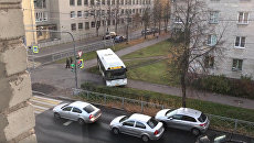 Рейсовый автобус разъезжает по тротуарам в городе Ломосов в Петродворцовом районе, Санкт-Петербург