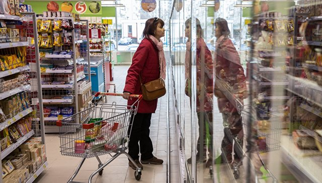Покупательница в магазине. Архивное фото
