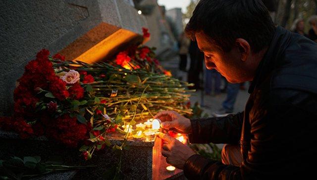 К посольству России в Кишиневе несут цветы в память о погибших в Керчи