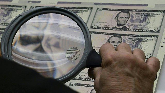 Проверка качества пятидолларовых купюр на выходе из печати. Архивное фото