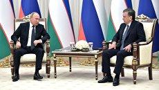 Президент РФ Владимир Путин и президент Узбекистана Шавкат Мирзиеев во время беседы в государственной резиденции Куксарой