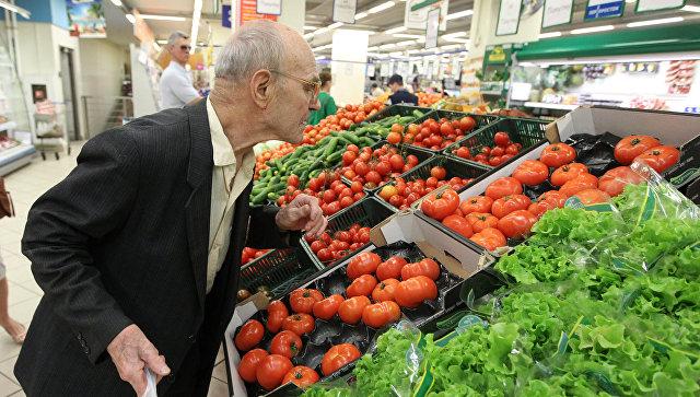 Мужчина выбирает овощи в супермаркете. Архивное фото