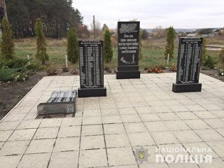Поврежденный памятник погибшим в годы Великой Отечественной войны в селе Циркуны Харьковской области