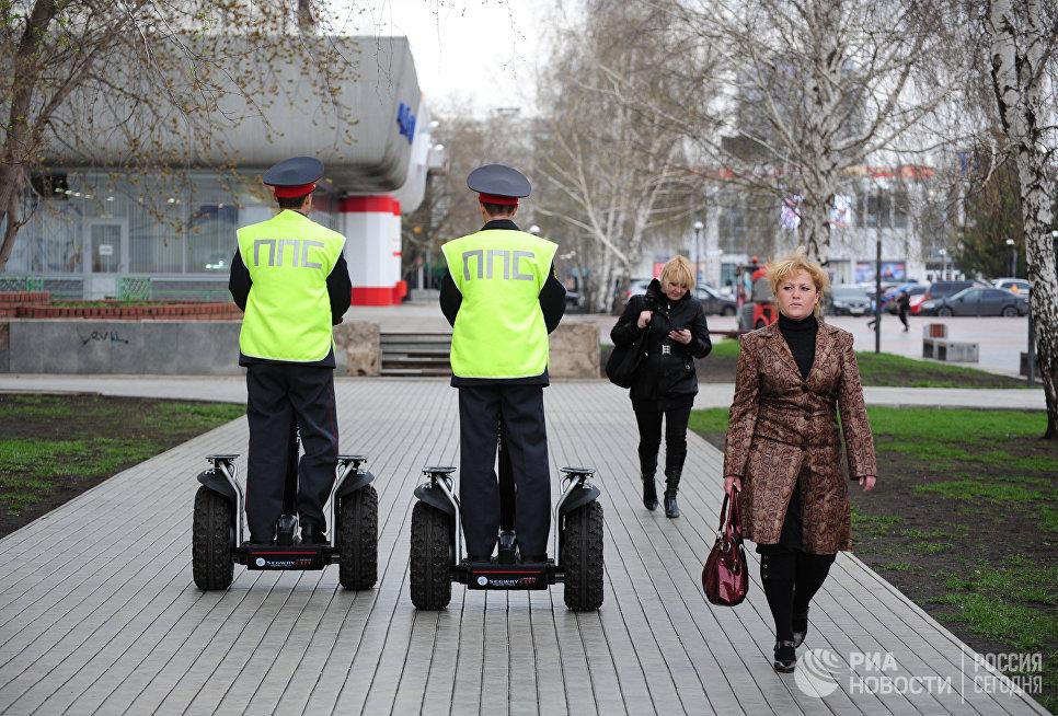 Сотрудники патрульно-постовой службы УВД Набережных Челнов патрулируют одну из улиц города на электрических скутерах
