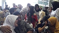 Родственники пассажиров Boeing 737  авиакомпании Lion Air, разбившегося у берегов острова Ява, ждут новостей в аэропорту города Панкалпинанг, Индонезия. 29 октября 2018