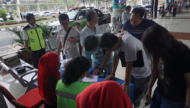Родственники пассажиров Boeing 737 авиакомпании Lion Air, разбившегося у берегов острова Ява, в аэропорту Сукарно-Хатта, Джакарта, Индонезия. 29 октября 2018