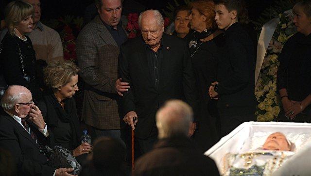 Караченцов оказал большое влияние на коллег, заявил Захаров