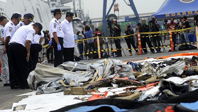 Спасатели изучают предметы с места крушения пассажирского самолета Boeing 737 авиакомпании Lion Air у западного побережья острова Ява