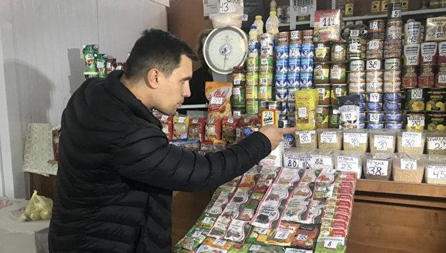 Депутат саратовской облдумы Николай Бондаренко выбирает продукты питания. Архивное фото
