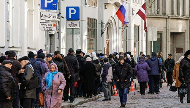 Люди стоят в очереди в российский консульский отдел в Риге, Латвия